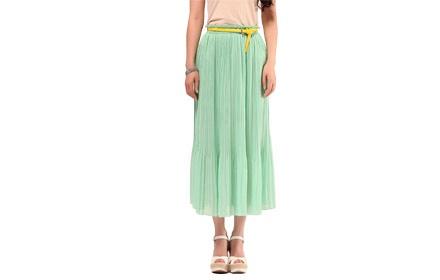 这款裙子摺纹像太阳的散开的光线那样的,有着宽松的大裙摆,十分飘逸带