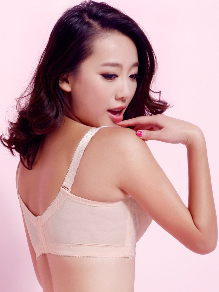 美女爆笑动态图像《穿黑蕾丝胸罩的美女《d罩